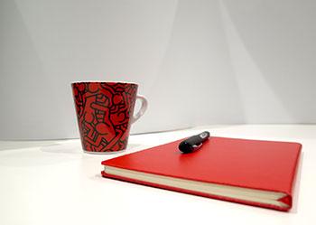 Blocco note e tazza di caffè